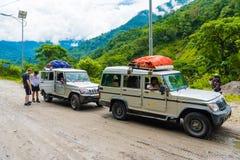 De los vehículos de camino con los turistas en área de la protección de Annapurna, Nepal foto de archivo