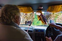 De los vehículos de camino con los turistas en área de la protección de Annapurna, Nepal foto de archivo libre de regalías