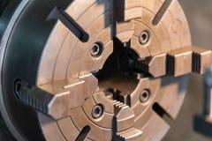 De losse kop van een draaibank van het metaalwerk - sluit omhoog geschoten Het draaien van hoge precisie automobieldeel door cnc  stock foto