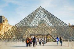 De Louvrepiramide in Parijs Stock Afbeelding