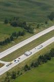 De lucht Auto's van de Vrachtwagens van de Mening op Snelweg Tusen staten Stock Afbeelding