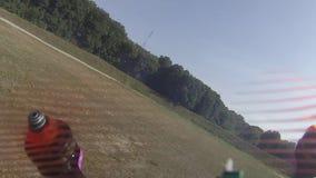 De lucht die als hommels schieten neemt aan het ras op het voetbalgebied deel stock videobeelden
