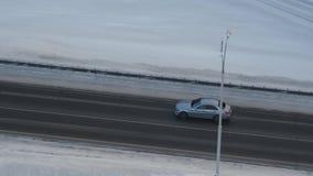 De lucht het Volgen Alleen bewegingen van de Eliteauto bij hoge snelheid op de weg stock videobeelden