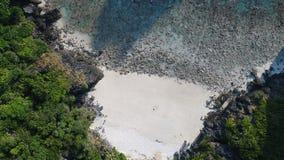 De lucht hoogste mening van de hommelfoto van Nui-Baaistrand, een deel van iconisch tropisch Phi Phi-eiland royalty-vrije stock afbeeldingen