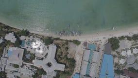 De lucht hoogste mening van de hommelfoto van varende boten in de baai van iconisch tropisch Phi Phi-eiland Royalty-vrije Stock Fotografie