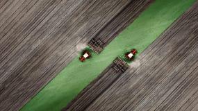 De lucht hoogste mening van een tractor, maaidorser die landbouwgrond in de lente ploegen royalty-vrije stock foto's