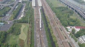 De lucht hoogste mening van hogesnelheidstrein vertrekt van de post, hoge snelheidsspoorweg stock footage