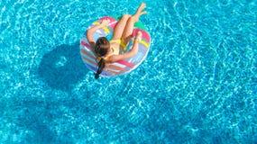 De lucht hoogste mening van meisje in zwembad van hierboven, jong geitje zwemt op opblaasbare ringsdoughnut, heeft het kind pret  Royalty-vrije Stock Afbeelding