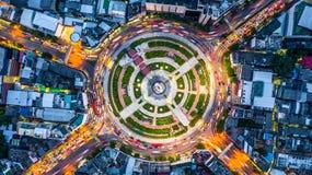 De lucht hoogste rotonde van de meningsweg met autopartijen, Luchtmening roa stock foto's
