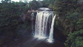 De lucht, lange waterval openbaart uit gezoem 4k stock videobeelden