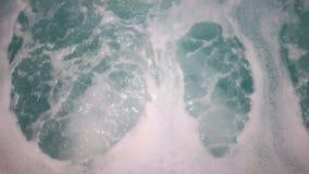 De lucht leidt Foam Bubbles Whirlpool Spa tot het Hete Huis van het Tonbad stock video