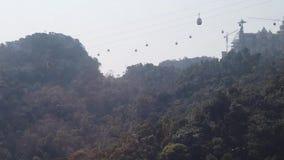 De lucht moderne kabelwagen van de benaderings Unieke kabelcabine Het landschap van de hooggebergtecanion Toerisme sightseeing vi stock footage