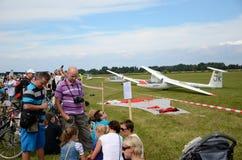 De lucht toont - de bezoekers bewonderen vliegtuigen Royalty-vrije Stock Afbeeldingen