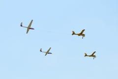 De lucht toont de dragende zweefvliegtuigen van de vliegtuigenvorming Stock Foto's