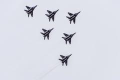De lucht toont in de hemel boven de Krasnodar-school van de luchthavenvlucht Airshow ter ere van Verdediger van het Vaderland Mig Stock Foto