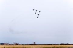 De lucht toont in de hemel boven de Krasnodar-school van de luchthavenvlucht Airshow ter ere van Verdediger van het Vaderland Mig Stock Afbeeldingen