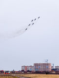 De lucht toont in de hemel boven de Krasnodar-school van de luchthavenvlucht Airshow ter ere van Verdediger van het Vaderland Mig Royalty-vrije Stock Foto's