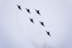 De lucht toont in de hemel boven de Krasnodar-school van de luchthavenvlucht Airshow ter ere van Verdediger van het Vaderland Mig Stock Foto's