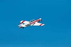 De lucht toont geïsoleerd vliegtuig Stock Afbeeldingen