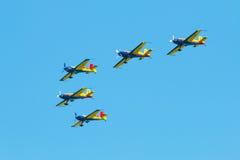 De lucht toont (geïsoleerde) vliegtuigenvorming Royalty-vrije Stock Foto