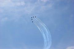 De lucht toont ter ere van de dag van overwinning over Fascisme 5 vliegtuigen in de hemel Stock Afbeelding