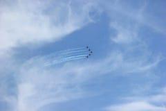 De lucht toont ter ere van de dag van overwinning over Fascisme 5 vliegtuigen in de hemel Royalty-vrije Stock Fotografie