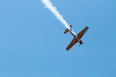 De lucht toont vliegtuig met sporen in hemel wordt geïsoleerd die Royalty-vrije Stock Foto's