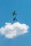 De lucht toont vliegtuigenvorming met pluizige wolken op achtergrond Stock Afbeeldingen