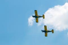 De lucht toont vliegtuigenvorming met pluizige wolken op achtergrond Royalty-vrije Stock Foto's