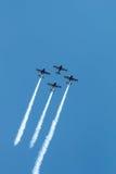De lucht toont vliegtuigenvorming - sporen op hemel Royalty-vrije Stock Fotografie