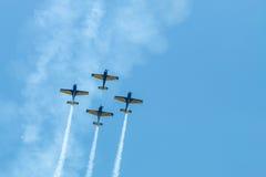 De lucht toont vliegtuigenvorming - sporen op hemel Royalty-vrije Stock Afbeelding