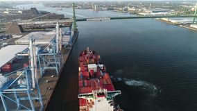 De lucht van het de Containerschip van de Meningslading Rivier Philadelphia van Delaware stock videobeelden