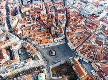 De lucht van de de Stads Vierkante Tsjechische Republiek van Praag van de hommelmening Oude Kerk van Onze Dame Before Tyn stock foto