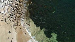 De lucht videolijn van de kustlijnmening stock videobeelden