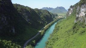 De lucht zonnige rotsachtige weg van de rivierbank op schaduwrijke bank in canion stock videobeelden
