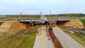 De luchtbrug van de meningsbouw over wegweg Reparatieweg in de voorsteden stock video