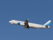De luchtbus A321-231 stijgt in de hemel op Stock Foto's