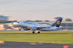 De luchtbus A319 stijgt van de luchthaven van Warshau op (Polen) Royalty-vrije Stock Fotografie