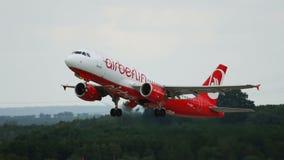 De luchtbus A320 van Air Berlin-luchtvaartlijnenstart en beklimt stock footage