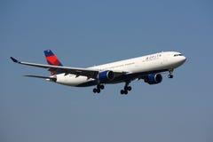 De Luchtbus van Delta Airlines A330 wat betreft neer Stock Foto