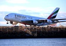 De Luchtbus van emiraten A380 stijgt op. Royalty-vrije Stock Foto's