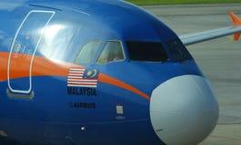 De Luchtbus A320 van luchtazië met unieke Maleise blauwe livrei bij Kuching-Luchthaven, Maleisië stock foto