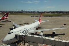 De Luchtbus van Qantas bij poort Sydney op achtergrond Royalty-vrije Stock Afbeeldingen