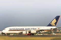 De Luchtbus van Singapore Airlines A380 op de baan. Royalty-vrije Stock Afbeeldingen