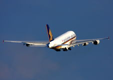 De Luchtbus van Singapore Airlines A380 tijdens de vlucht Stock Afbeeldingen