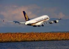 De Luchtbus van Singapore Airlines A380 vertrekt Sydney. Royalty-vrije Stock Foto's