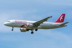 De Luchtbus A320-200 van vliegtuigair arabia Maroc cn-NMF vliegt aan de baan Stock Afbeeldingen