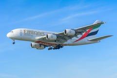 De Luchtbus A380-800 van vliegtuigemiraten a6-EOO landt bij Schiphol luchthaven Royalty-vrije Stock Fotografie
