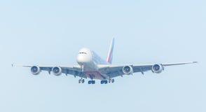 De Luchtbus A380-800 van vliegtuigemiraten a6-EOO landt bij Schiphol luchthaven Royalty-vrije Stock Afbeeldingen