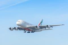 De Luchtbus A380-800 van vliegtuigemiraten a6-EOO landt bij Schiphol luchthaven Stock Fotografie